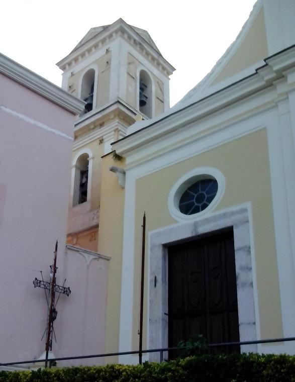 Campanile e Croce dei passionisti, lato sinistro all\'esterno della chiesa